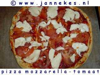 recept voor pizza met mozzarella en tomaat